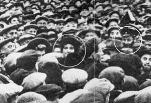 4 октября 1948 года у Главной московской синагоги. Обведены: в центре - посол Израиля в СССР Голда Мабович-Меерсон (с 1956 года - Голда Меир), справа - капитан Александр Гольдин.